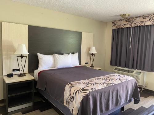 A bed or beds in a room at Regency 7 Motel
