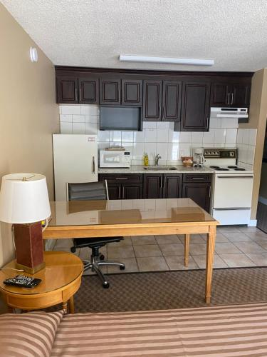 A kitchen or kitchenette at Twin Creeks Motel
