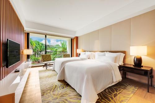 A bed or beds in a room at The Westin Tashee Resort, Taoyuan