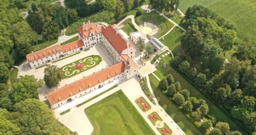 Blick auf Schloss Thalheim aus der Vogelperspektive