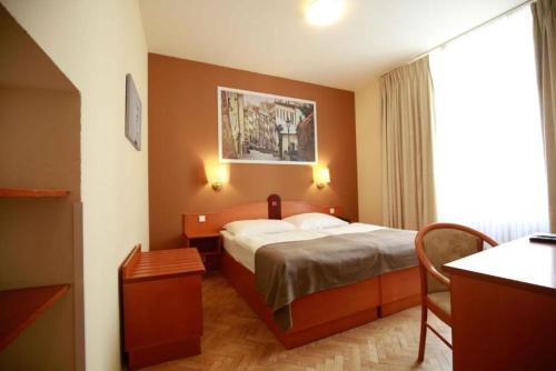 Cama o camas de una habitación en Hotel Merkur