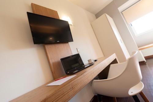 Uma TV ou centro de entretenimento em Hathor Hotels Mendoza