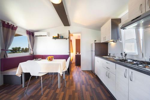 A kitchen or kitchenette at Premium Sirena Village Mobile Homes