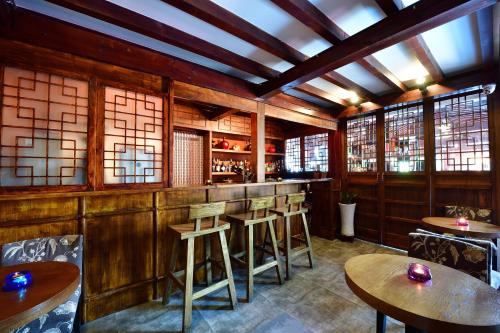 The lounge or bar area at Jingshan Garden Hotel
