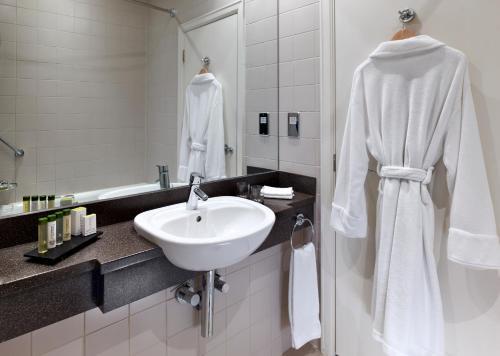 A bathroom at DoubleTree by Hilton Sheffield Park