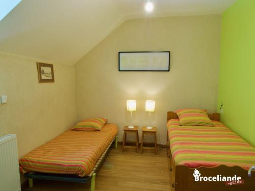 A bed or beds in a room at Gîte Le Logis de l'Etang de l'Aune