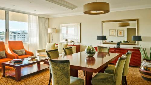 Avani Windhoek Hotel & Casino tesisinde bir oturma alanı
