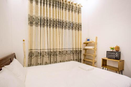 A bed or beds in a room at Lam Vien Homestay Hue