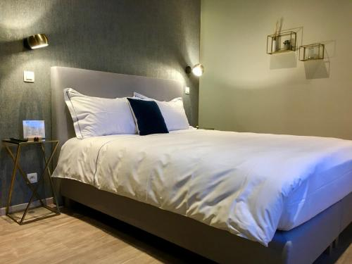 A bed or beds in a room at Urban Nest