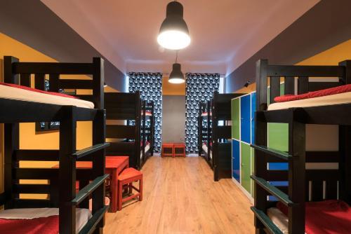 Двухъярусная кровать или двухъярусные кровати в номере Hostel Elf