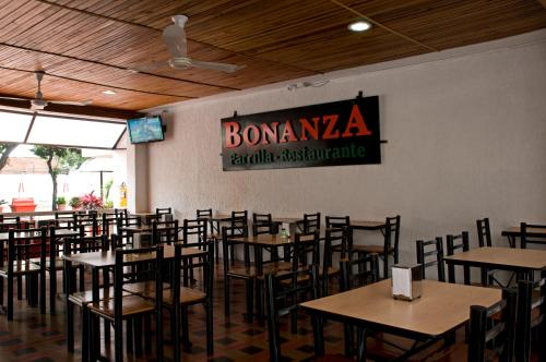 A restaurant or other place to eat at Hotel Villa Real de Cucuta