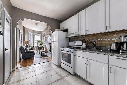 A kitchen or kitchenette at MARVELOUS 3 BEDROOM APARTMENT / PERFECT LOCATION