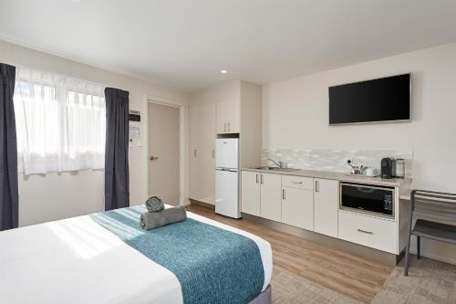 A television and/or entertainment center at Gundagai Tourist Suites