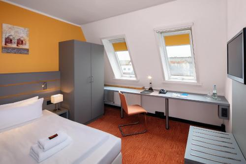 A bed or beds in a room at Dietrich-Bonhoeffer-Hotel Berlin Mitte