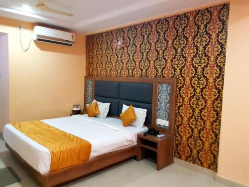 A bed or beds in a room at Mahabir Sheraton