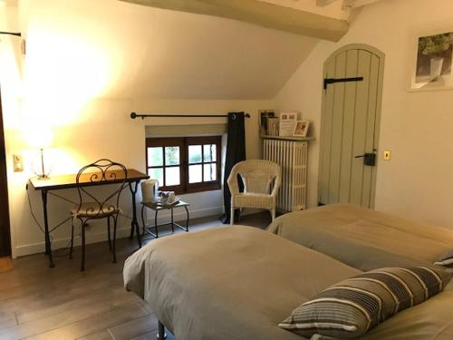 A bed or beds in a room at Le Clos Joli