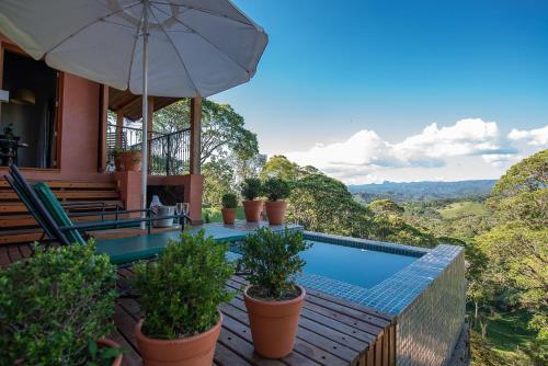 A piscina localizada em Quinta dos Pinhais Pouso e Charme ou nos arredores