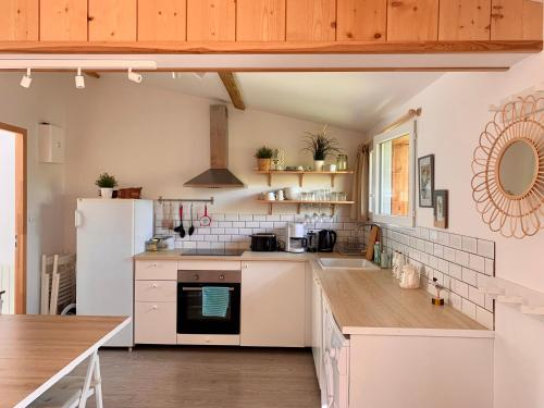 Cuisine ou kitchenette dans l'établissement So Nice House, Le Porge