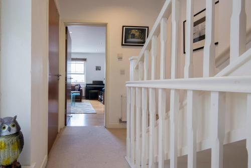 Fantastic 2 Bed Townhouse with HUGE TV, great WiFi 200M From Clock Tower, sleeps 6