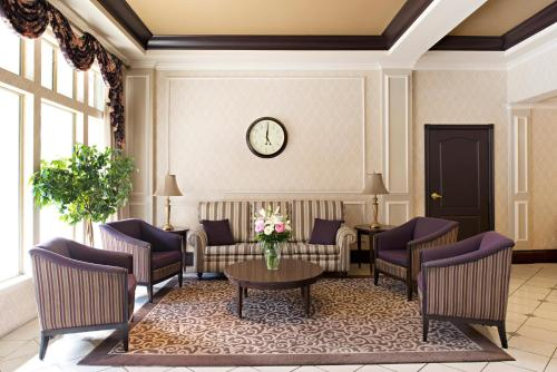 A seating area at Ramada Limited Downtown Vancouver