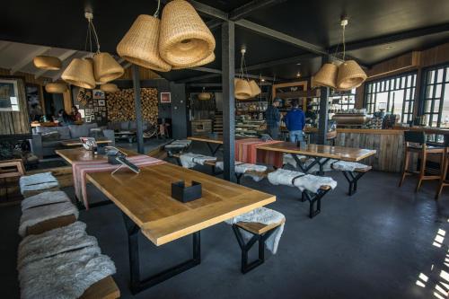 El salón o zona de bar de Kau Lodge