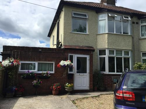 House with 4 bedrooms in Warminster with enclosed garden and WiFi