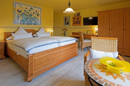 Ein Bett oder Betten in einem Zimmer der Unterkunft Hotel garni Sonnenhof