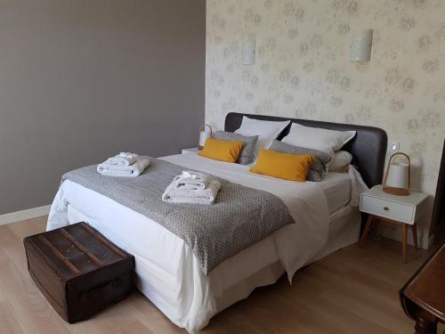 Ein Bett oder Betten in einem Zimmer der Unterkunft La Maison du Carroir