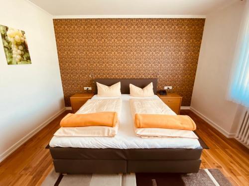 A bed or beds in a room at Ferienwohnungen Weingut Kilburg