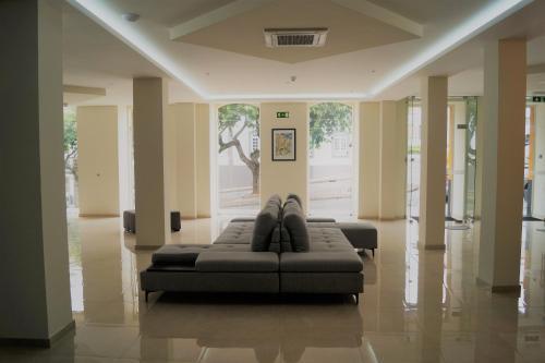 Uma área de estar em Angra Central Hotel