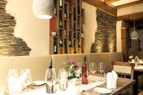 Ein Restaurant oder anderes Speiselokal in der Unterkunft Hotel Gasthof Koch