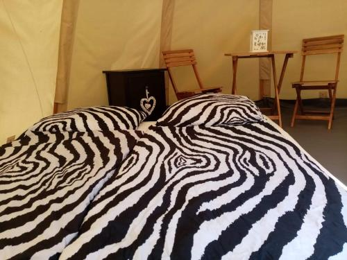 Postel nebo postele na pokoji v ubytování KEMP A KOUPALIŠTĚ JETŘICHOVICE