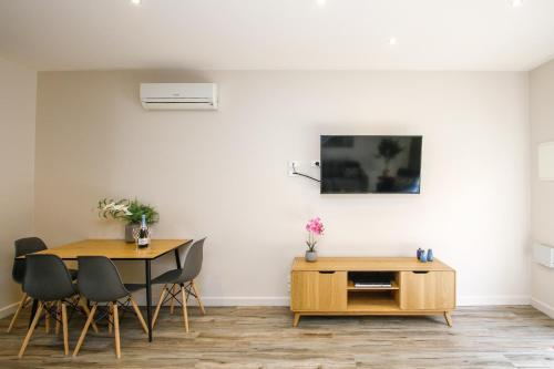 A television and/or entertainment centre at Shepparton Lakeside Serviced Apartment