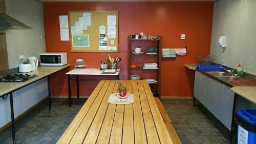 A kitchen or kitchenette at The Whistling Frog Resort