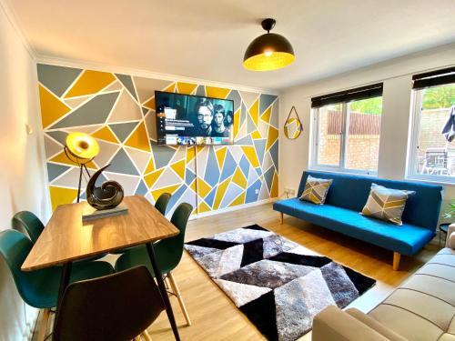 The Contractor House with FREE Parking, Private Garden and Netflix by Yoko Property