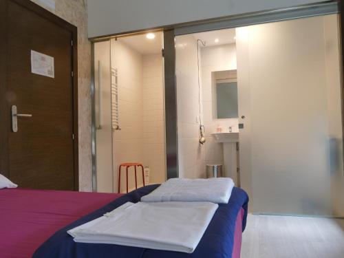 A bed or beds in a room at Hostería de Curtidores