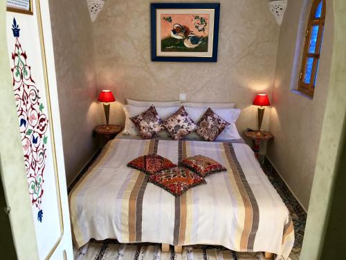 A bed or beds in a room at RIAD DAR BARBI PRIVATISÉ