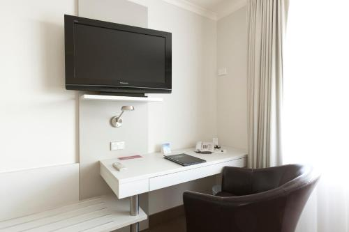 A television and/or entertainment centre at Jet Park Airport Hotel