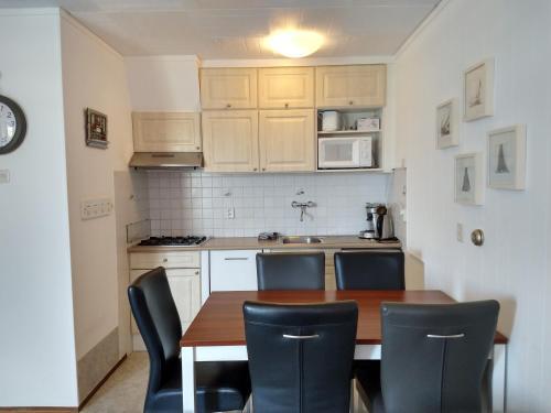 Küche/Küchenzeile in der Unterkunft DUINZICHT 8 Bed by the Sea
