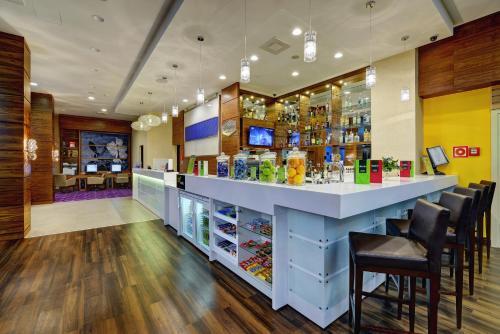Лаундж или бар в Отель Hampton by Hilton Волгоград Профсоюзная