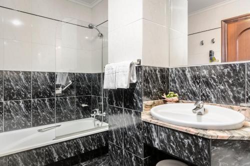 A bathroom at Hotel Alcomar