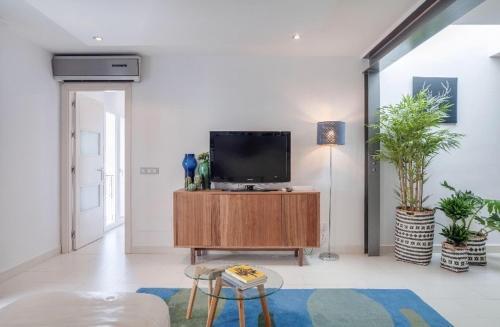 En tv och/eller ett underhållningssystem på Apartments in Old Town