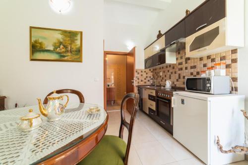 A kitchen or kitchenette at Apartments villa Mira