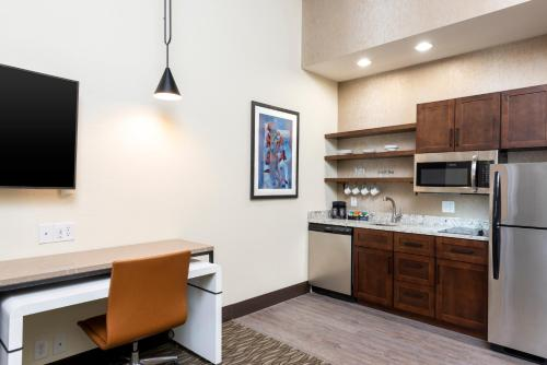 A kitchen or kitchenette at Homewood Suites by Hilton Indianapolis Downtown