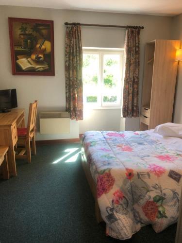 A bed or beds in a room at Hôtel Restaurant La Manse