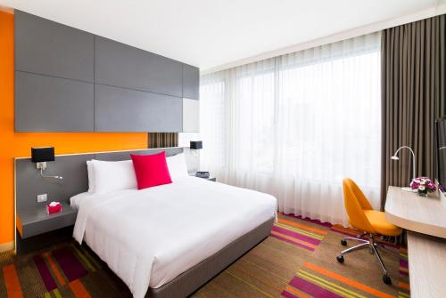 A bed or beds in a room at Mercure Bangkok Siam
