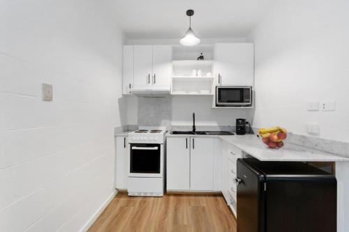 A kitchen or kitchenette at Davis Avenue Apartments