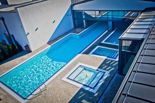 Widok na basen w obiekcie Lawendowe Termy lub jego pobliżu