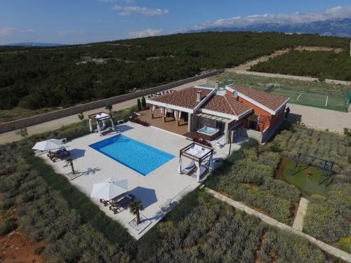Vista sulla piscina di Villa Melody Novalja o su una piscina nei dintorni