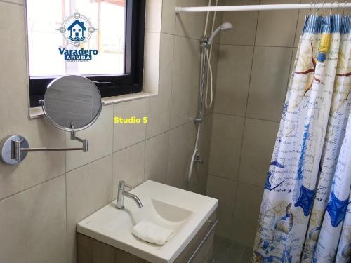 Um banheiro em Varadero Marina Airport Guests Rooms